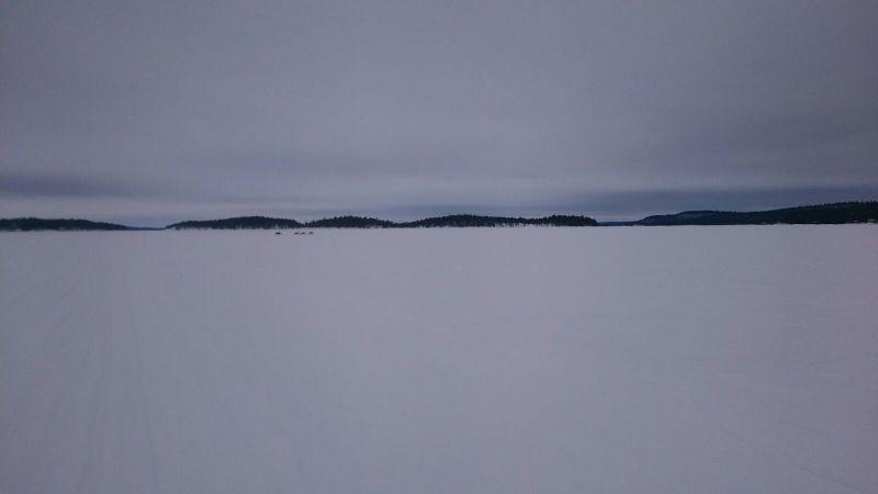 Llac Inari amb rens al fons